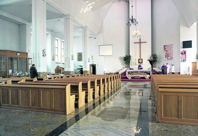 W mszach świętych może dziś uczestniczyć pięć osób. Przy czym przepis ten kończy swoją ważność 11 kwietnia.  Jak więc sytuacja będzie wyglądać podczas Wielkanocy?CZYTAJ DALEJ NA NASTĘPNYM SLAJDZIE