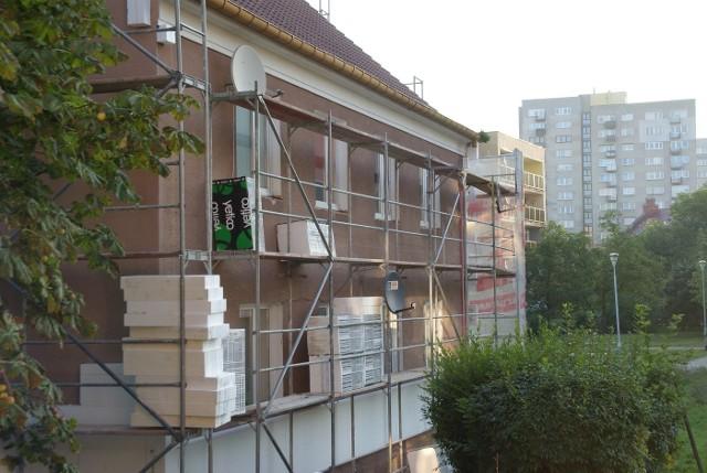 Dom w trakcie termomodernizacjiW kontekście energooszczędnych rozwiązań budowlanych, precyzyjne wykonawstwo pełni często równie ważną rolę, jak odpowiednio dobrane materiały oraz technologia pozwalająca na obniżenie zużycia energii.