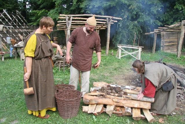 Grupa rekonstruktorów z Muzeum Starożytnego Hutnictwa Mazowieckiego w Pruszkowie przygotowywała rudę darniową.