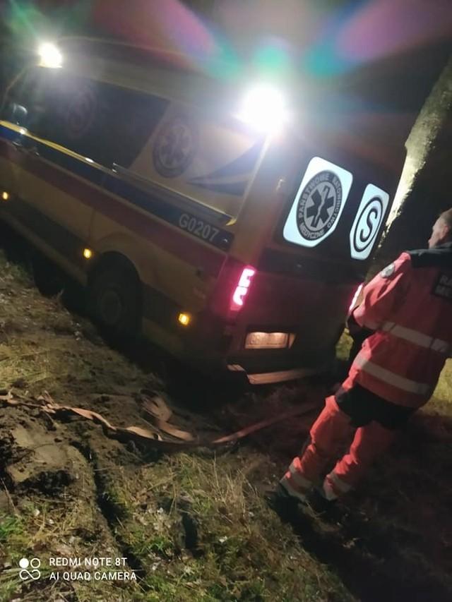 Dzisiaj (24.11.2020 r.) strażacy z OSP w Słosinku (gm. Miastko) zostali wezwali na pomoc do załogi karetki pogotowia ratunkowego, która utknęła na miękkiej nawierzchni. Akcja zakończyła się sukcesem.