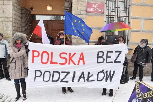 Fatalna pogoda nie przestraszyła protestujących przed sądem w Jarosławiu. Wcześniej w niedzielę protesty odbyły się także w Przeworsku i Kańczudze. Przedstawiciele organizacji Rebelianty Podkarpackie mówili o tym, że są przeciwko wszelkim próbom łamania konstytucji oraz zaznaczyli silne poparcie dla członkostwa Polski w Unii Europejskiej.