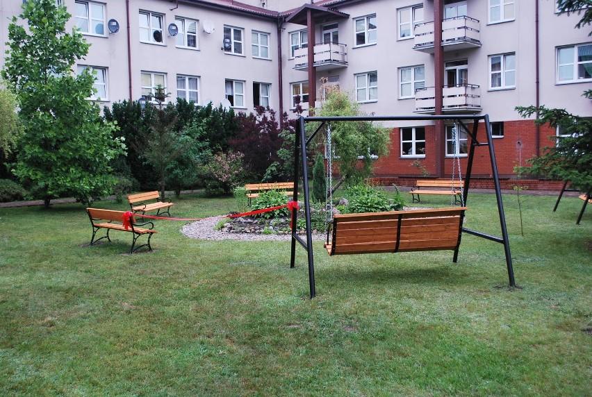 Mieszkańcy DPS przy Rolnej zyskali m.in. huśtawkę ogrodową, ławkę oraz zestaw do ćwiczeń na świeżym powietrzu.