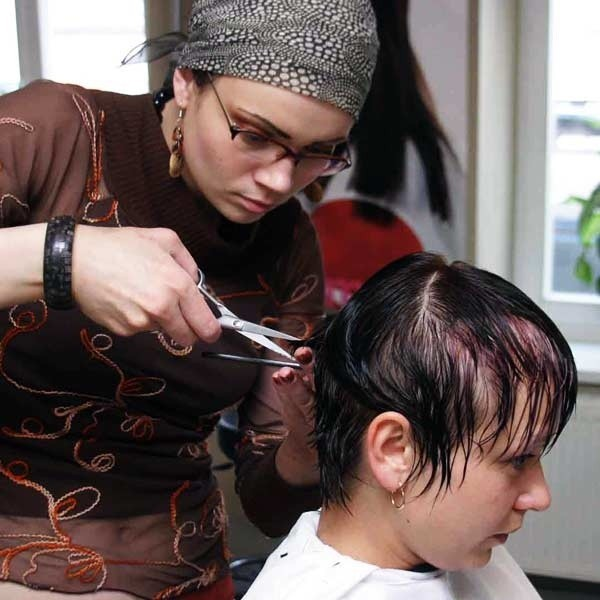 Podcinaj końcówki włosów - taka jest rada fryzjerów.
