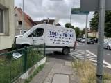 Szczecin: Samochód wjechał w dom. Roztrzaskany dostawczak i opel [ZDJĘCIA]