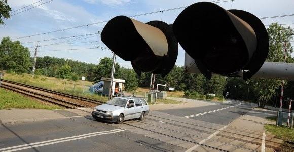 Na tym przejeździe o mały włos rozpędzony skład Intercity nie staranował osobowego auta. System nie opuścił szlabanów.