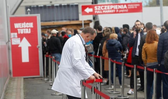 Koronawirus w Polsce. Ministerstwo Zdrowia poinformowało w niedzielę o 2 167 nowych przypadkach. Ostatniej doby zmarło 55 osób