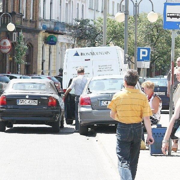 Zatłoczona ulica Kościuszki. Samochody  parkowane są nawet w zatokach  autobusowych.