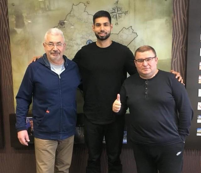 Nick Madray chwilę po podpisaniu kontraktu. Z lewej Andrzej Florek, wiceprezes Miasta Szkła, z prawej Janusz Walciszewski, szef klubu z Krosna.