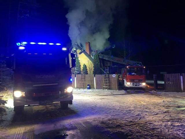 Chraboły. 28 strażaków gasiło pożar drewnianego domu