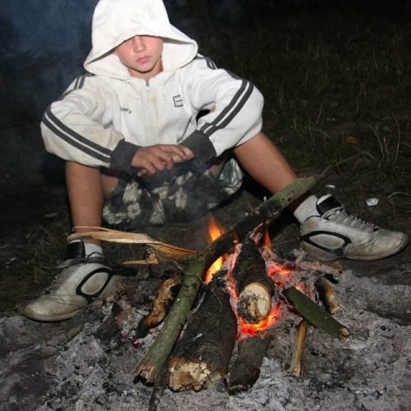 Robert (na zdj.) utrzymuje, że nieznajomi wepchnęli jego kolegę do ogniska. Ubranie na Adamie zapaliło się i wtedy chłopak skoczył do wody. Do tej pory go nie odnaleziono.