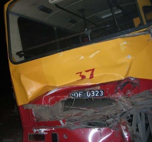 Autobus MZK wypadł z drogi, przetoczył się przez rów i zatrzymał na sąsiednim polu.