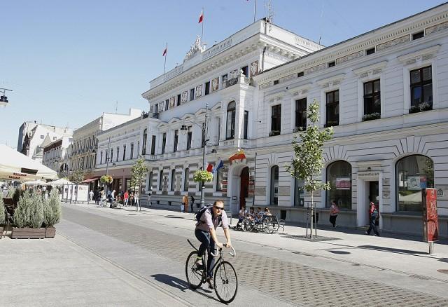 Miasto Łódź po raz kolejny szykuje się do emisji obligacji. Ich wartość to aż 418 mln zł i jest to już druga emisja w ciągu ostatnich sześciu miesięcy. Zadłużenie Łodzi na koniec roku sięgnie blisko 3,9 mld zł. CZYTAJ DALEJ >>>