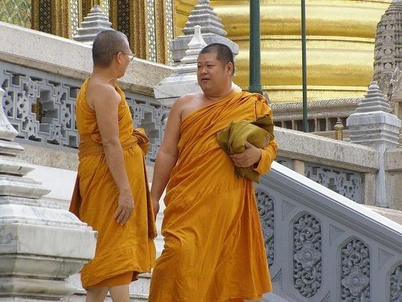 Tajowie w większości wyznają buddyzm, dlatego na ulicach czesto mozna spotkać mnichów