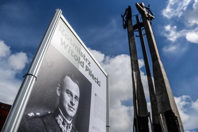 Plac Solidarności w Gdańsku. Plenerowa wystawa poświęcona rotmistrzowi Witoldowi Pileckiemu w 120. rocznicę urodzin