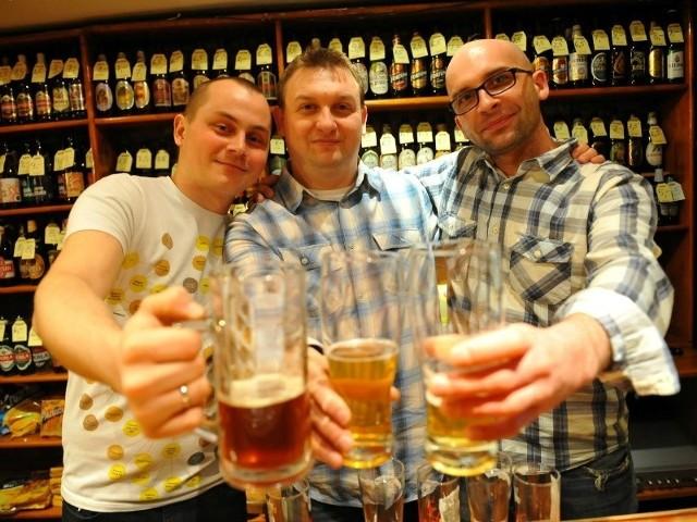 Na Podkarpaciu warzy piwo powyżej 500 osób. Przygotowane domowym sposobem ma zupełnie inny smak - zachwalają Grzegorz Goleś (od lewej), Robert Orszulak i Krzysztof Prucnal.