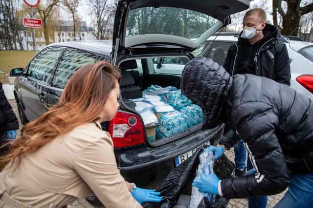 Grupa przyjaciół od dwóch tygodni pomaga białostockim szpitalom. Zaczynali od maseczek dla szpitala zakaźnego, teraz rozwożą dary do innych białostockich placówek.