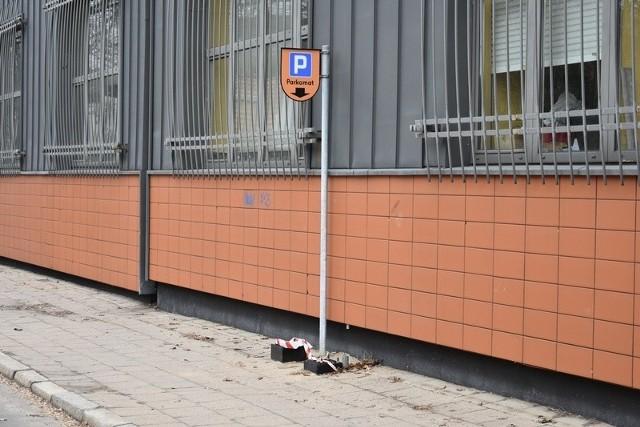 Ul. hm. ks. Skorupki - po parkomacie został słupek. Nowe urządzenie zamontowano dopiero po godz. 16.