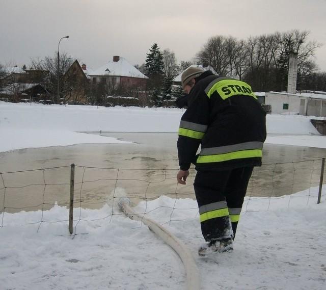 Będzie lodowisko - strażacy pompują wodę do starego zbiornika basenu.