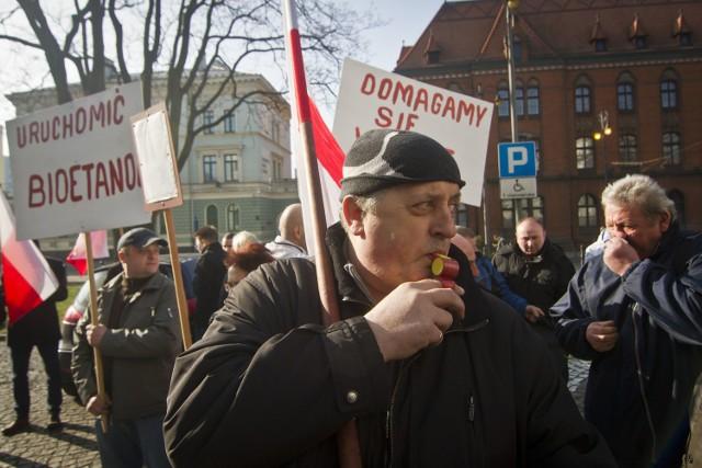 24 marca załoga Bioetanolu głośno protestowała przed Urzędem Wojewódzkim w Bydgoszczy w obronie swojego zakładu i miejsc pracy.