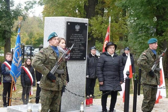 W asyście wojska i młodzieży szkolnej odsłonięto odnowiony pomnik rozstrzelanych mieszkańców Gruty jesienią 1939 roku.