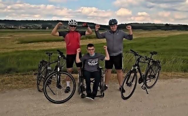 Karol Wiklak oraz Bartłomiej Kaczmarek przejadą ponad 1000 kilometrów zbierając pieniądze dla Dawida Szpaka (w środku).