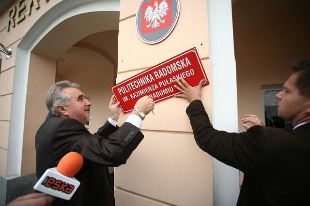 W środę rektor uczelni, Zbigniew Łukasik, podczas konferencji prasowej, zdjął z budynku rektoratu tablicę z dawną nazwą uczelni i przymocował nową.