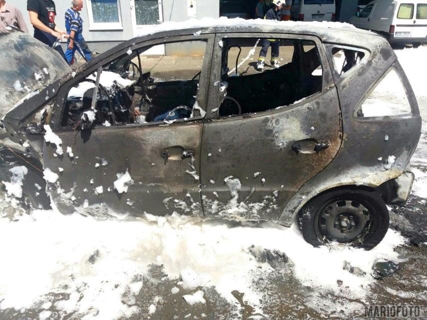 Osobowy mercedes doszczętnie spłonął przy ulicy...
