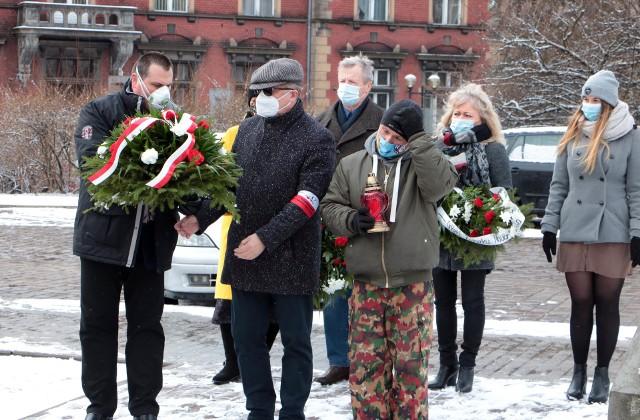 Dziś (19 marca) odbyła się uroczystość patriotyczna pod pomnikiem marszałka Józefa Piłsudskiego na placu Niepodległości w Grudziądzu. Okazją były imieniny Józefa. Wiązanki złożyli Łukasz Piasecki, pełnomocnik ds. koordynacji uroczystości patriotycznych, Dariusz Miller, przedstawiciel grudziądzkiego oddziału  Światowego Związku Żołnierzy Armii Krajowej  oraz Róża Lewandowska, prezes Związku Nauczycielstwa Polskiego.