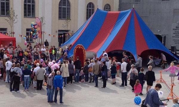Pod namiotem odbywać się będą warsztaty cyrkowe.