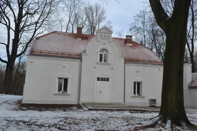 Tak budynek po dawnej siedzibie sanepidu w Mysłowicach wygląda obecnie, w lutym 2021 roku. Zobacz kolejne zdjęcia. Przesuń zdjęcia w prawo - wciśnij strzałkę lub przycisk NASTĘPNE