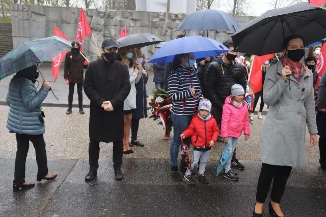 W sobotę (1 maja) z okazji Święta Pracy i rocznicy przystąpienia Polski do Unii Europejskiej przedstawiciele partii lewicowych złożyli kwiaty przed Pomnikiem Czynu Rewolucyjnego na łódzkim Zdrowiu. Działacze Nowej Lewicy, Wiosny, Partii Razem i Polskiej Partii Socjalistycznej. Z powodu epidemii obchody dnia 1 maja były w tym roku symboliczne, ale poseł Lewicy Tomasz Trela już zapowiedział na przyszły rok prawdziwy pochód pierwszomajowy w Łodzi.CZYTAJ DAELJ >>>>...