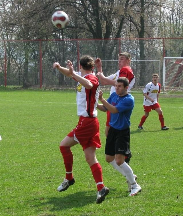 Piłkarze Polonii (niebieskie koszulki) w meczu stojącym na przeciętnym poziomie skromnie pokonali Rzemieślnika.
