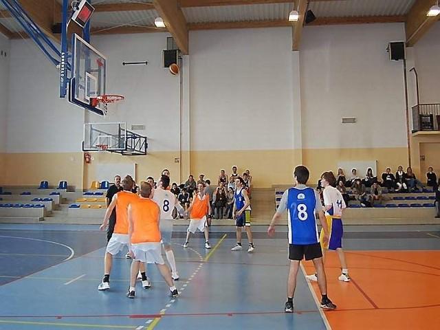W pierwszym meczu podopieczni Jana Łukaszewskiego z I LO nie dali szans drużynie ZSRol. (żółte stroje) Wygrali różnicą 14 punktów