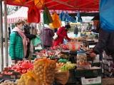 Pabianice. Dzień na targowisku przy ul. Moniuszki w Pabianicach. Klienci i sprzedawcy z dużego rynku noszą maseczki? Co można kupić? ZDJĘCIA