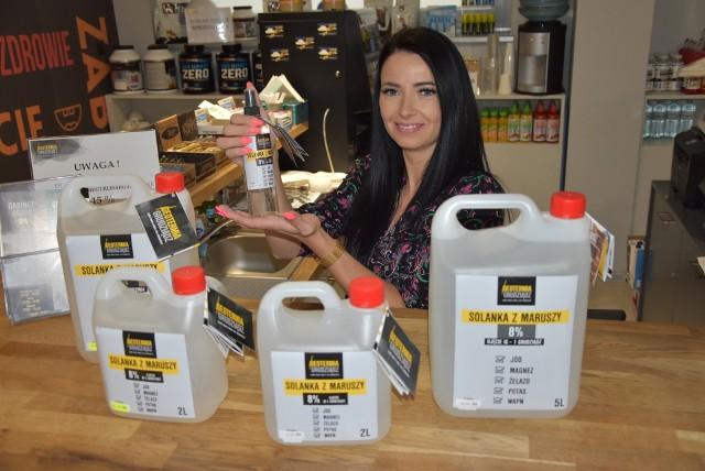 Kanistry z solanką można kupić w recepcji strefy saunowo - basenowej Geotermii Grudziądz. Na zdjęciu: Katarzyna Skrzypińska prezentuje solanki w kanistrach i w butelce z atomizerem.