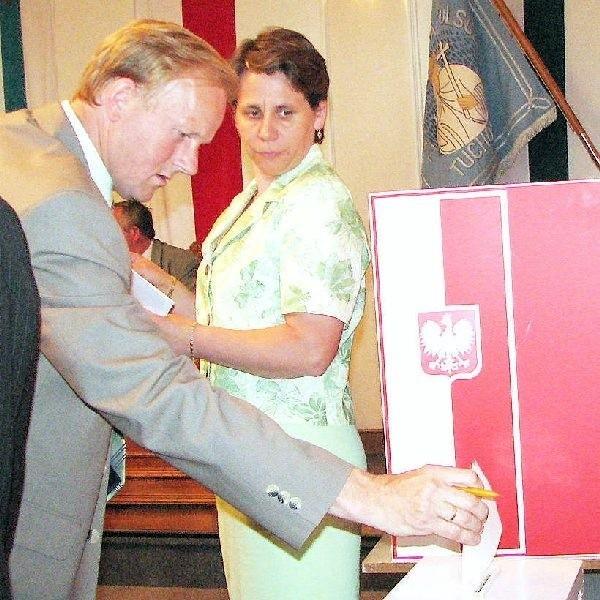 Na zdjęciu głosuje radny Andrzej Jerosławski