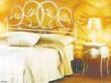 Wnętrze pełne blasku z wykorzystaniem złotej barwy