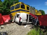 Wypadek na przejeździe kolejowym w Brzeźnicy. Pociąg zderzył się z samochodem. Nie żyje 23-letnia kobieta kierująca autem