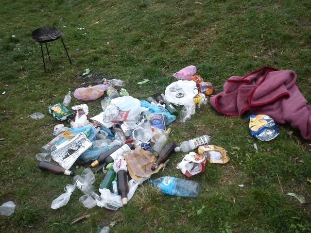 Tyle śmieci zostawiali grillujący po każdym słonecznym popołudniu. Mieszkańcy Karłowic twierdzą, że najgorzej było po weekendach. Po Majówce było ich znacznie mniej. Wszystko za sprawą koszy na śmieci.