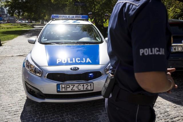 Trzech mężczyzn nie chciało dać się wylegitymować i obrażało policjantów.