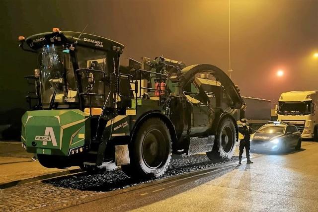 Tego typu maszyna służy do przemysłowego przetwarzania pni i korzeni na zrębki. 700-konny silnik jest w stanie rozpędzić tego kolosa do 70 km/godz., więc teoretycznie może on poruszać się autostradami.