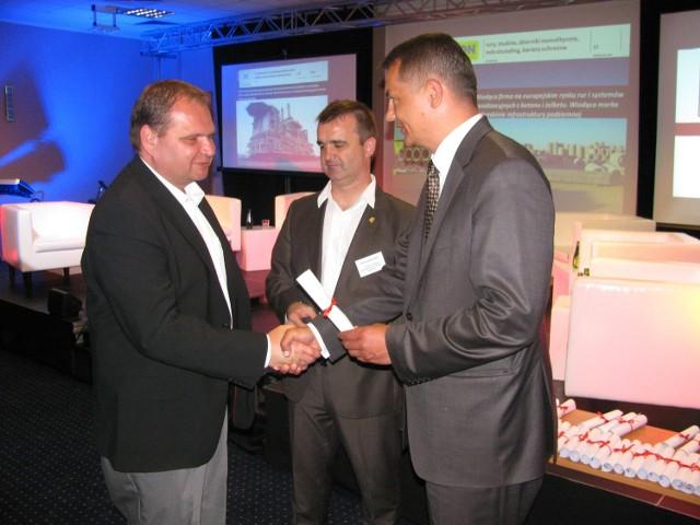Grzegorz Pawlus z Heerema Fabrication Group z Opola (z lewej) odbiera certyfikat członkowski od wicemarszałka Tomasza Kostusia (z prawej). W środku Piotr Dancewicz, zastępca dyrektora OCRG.