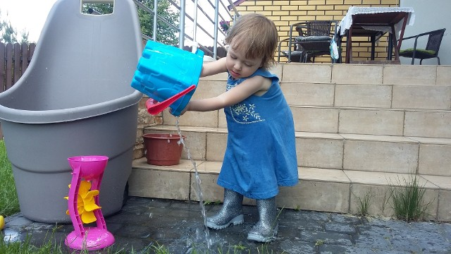 Aranżując ogród, w którym bawić będzie się dziecko, pamiętajmy o bezpieczeństwie naszej pociechy.