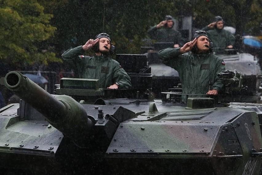 Uroczystości były wzbogacone o pokaz musztry paradnej oraz pokaz czołgów Leopard 2A5.
