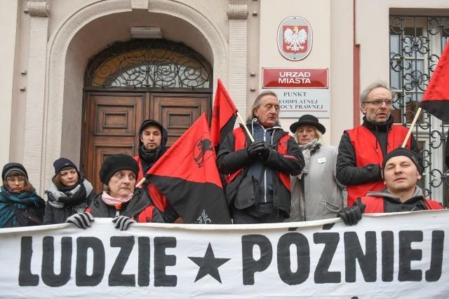 W piątek o godzinie 13.00 pod urzędem miasta w Poznaniu odbył się protest w sprawie pracownic i pracowników portierni miejskich budynków, zatrudnianych przez firmy zewnętrzne. Nie chcą oni być zatrudniani na umowach śmieciowych.
