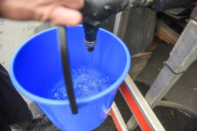Mieszkańcy Wielkopolski narzekają na braki w dostawie wody. Niektóre gminy apelują, by ograniczyć jej zużycie, podlewać ogródki w godzinach wieczornych. Brakuje wody nawet strażakom w czasie akcji ratunkowych. Jednak zdaniem ekspertów problem może narastać. - Susza dotyka nasz region. Może być jeszcze gorzej. Problemy z niedoborem wody obserwujemy już od zeszłego roku. Wysychają cieki wodne, ale także studnie - mówi prof. Józef Górski z Zakładu Hydrogeologii i Ochrony Wód Instytutu Geologii UAM Poznań.