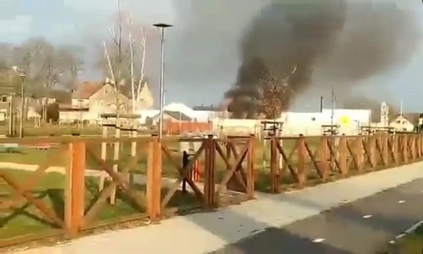 Do pożaru doszło we wtorek, 17 marca, w jednym z zakładów w Kiełpinie. Ogień pojawił się  po godz. 15.00. Zapaliły się samochód w jednym z warsztatów w Kiełpinie.  – Pożar został szybko opanowany – mówi st. kpt. Arkadiusz Kaniak, rzecznik zielonogórskich strażaków. Niestety dwa samochody uległy spaleniu.Czytaj także: Nocny pożar myjni samochodowej w Sulechowie. Trwa wyjaśnianie sprawy