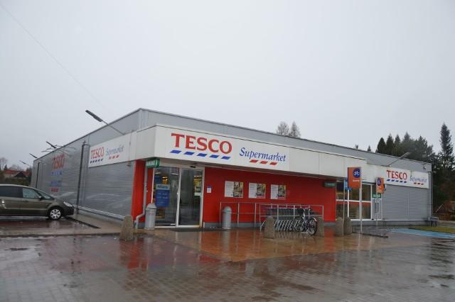 Supermarket brytyjskiej sieci Tesco w Suchedniowie otwarto w grudniu 2011 roku. Sklep u zbiegu ulic Kieleckiej i Zagórskiej ma licznych klientów, wiele osób, nie tylko mieszkańców miasteczka, robi tam zakupy. Tym bardziej, że to jedyne Tesco w powiecie. Dwa markety w Skarżysku - Kamiennej zlikwidowano na początku ubiegłego roku. W ciągu najbliższych 18 miesięcy suchedniowski market także przestanie istnieć, ale nie będzie świecił pustką. Podobnie, jak inne w Polsce, zostanie zmieniony w supermarket duńskiej sieci Netto. Czy w suchedniowskim sklepie coś się zmieniło? Na razie wyprzedaży towaru nie ma, a półki są pełne. Za to klienci mogą skorzystać z licznych promocji. Niektóre towary są przecenione o 50, a nawet 75%. Zdjęcia pólek z przecenami na kolejnych slajdach.