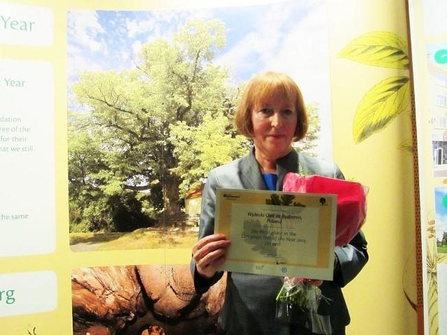 Pamiątkowy dyplom dla dębu Wybickiego odebrała Aniela Wawrzyk,  kustosz Muzeum Hymnu Narodowego w Będominie, na terenie którego rośnie drzewo.