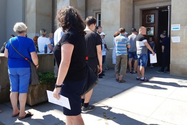 Kolejka osób czekających na załatwienie formalności związanych z paszportem. W sobotę musieli odstać swoje podczas upału